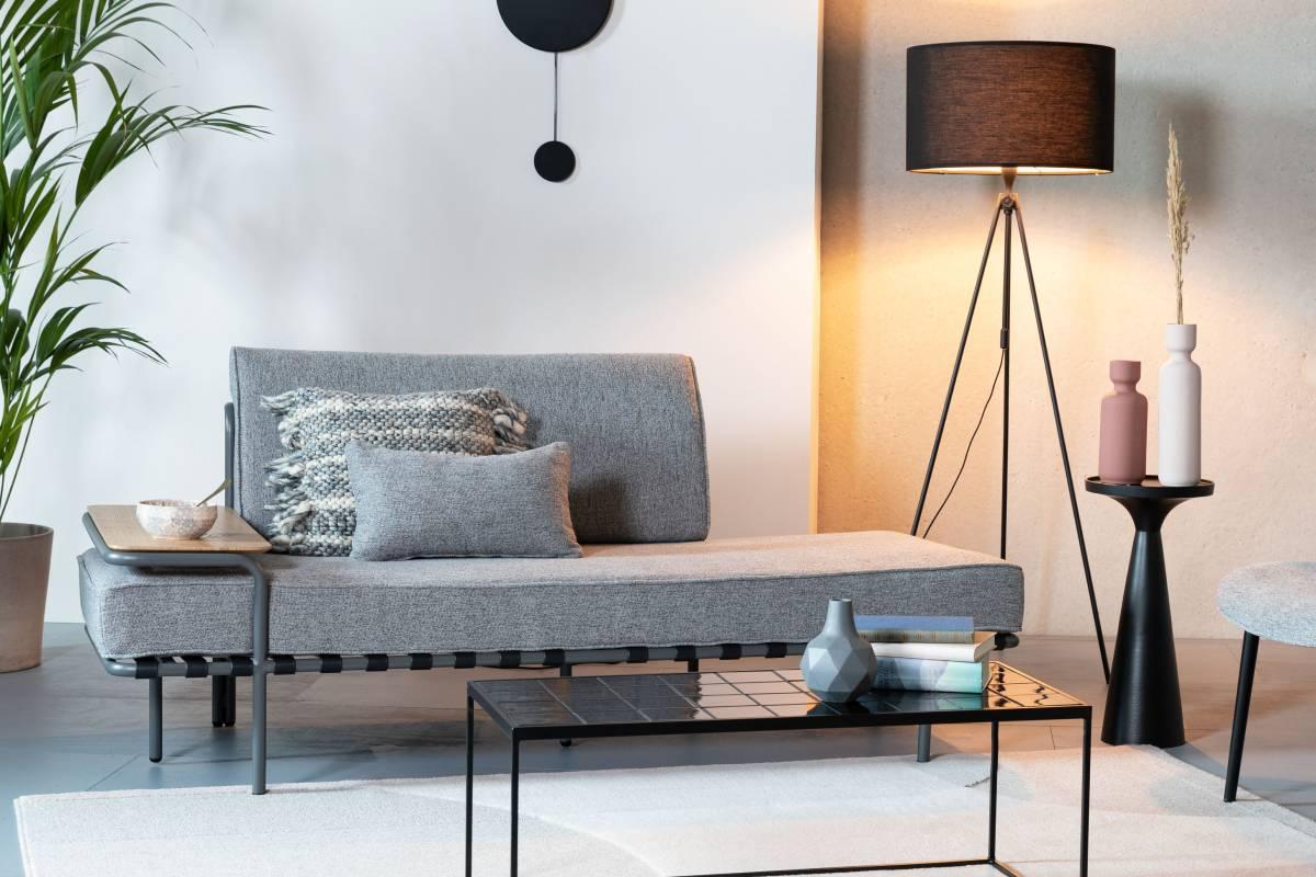 Med Star sofaen har Zuiver bragt en daybed til næste niveau. Star er en perfekt kombination af daybed og sofa, der samtidig er en dekoration i sig selv. Star har de lige, flade linjer fra en daybed, men har også et behageligt ryglæn med en ekstra pude, ligesom en sofa. Det tredje plus, er selvfølgelig det integrerede træbord.