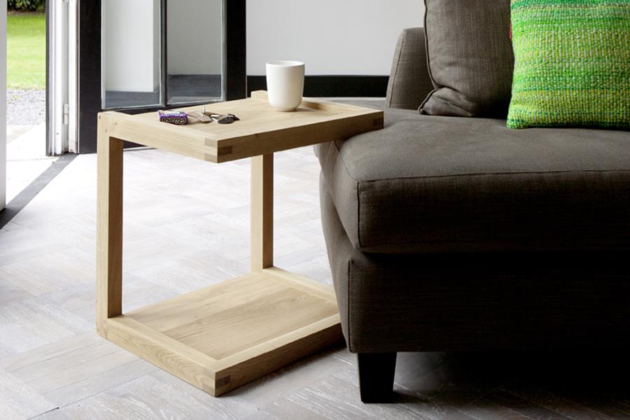 Indret dig med et flot sidebord i hjemmet som det ses her på billedet med Flat Eg - sidebordet fra Ethnicraft.
