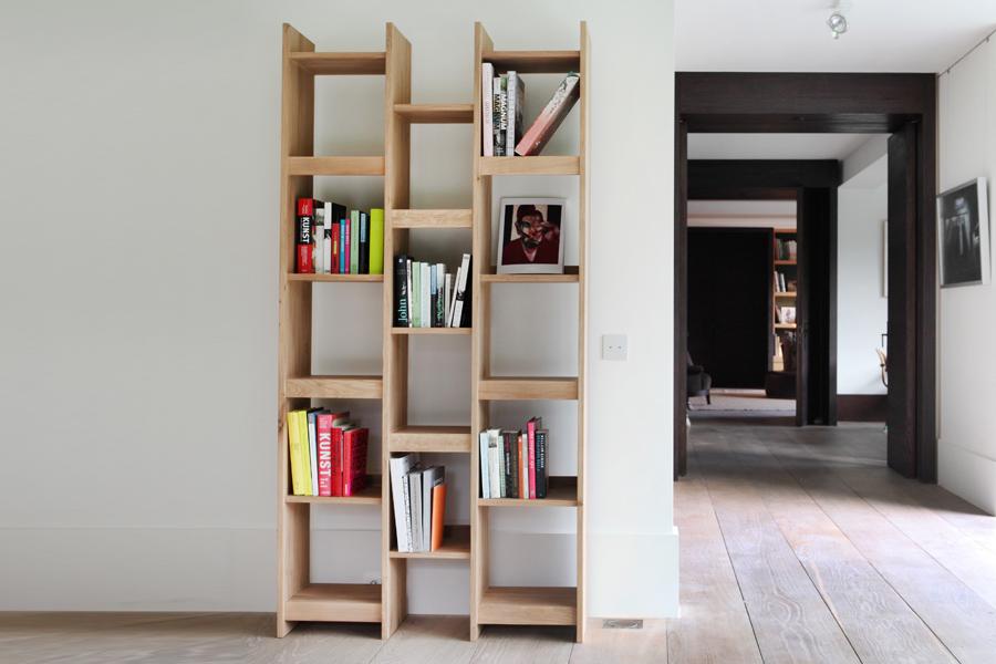 En bogreol står her placeret i et moderne hjem.