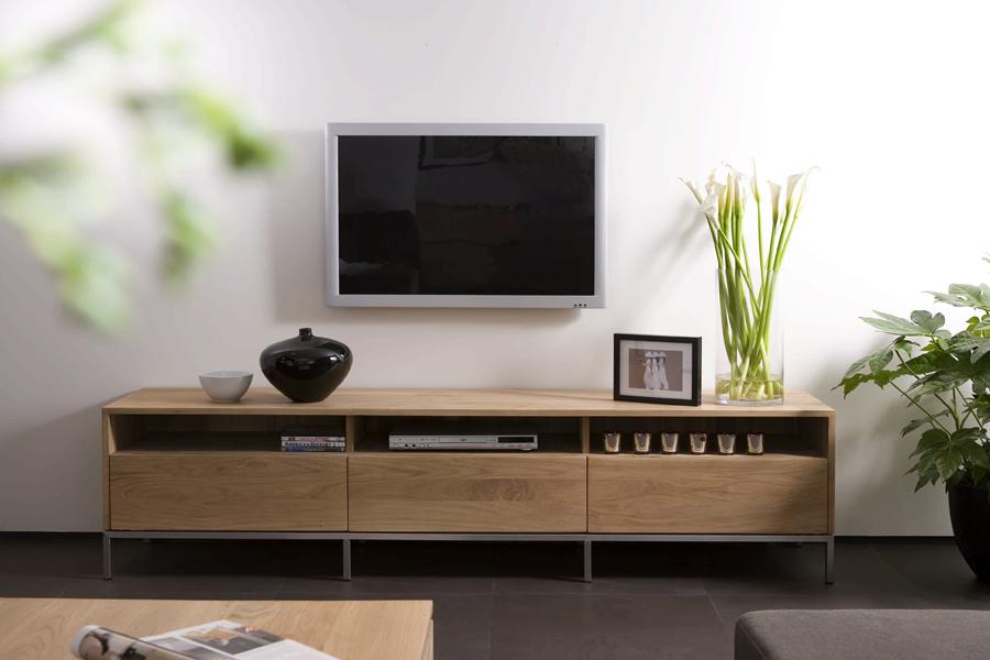 Tv-bord i eg er her placeret i en boligs indretning.