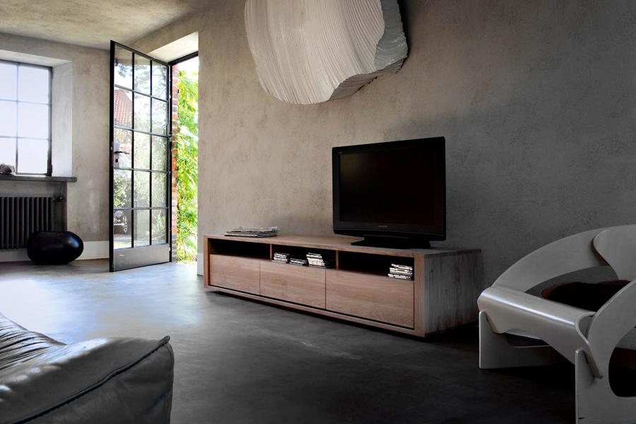 Dit nye tv-bord til stuen kan meget vel være i træ, som det ses her på billedet med Shadow Eg - tv-bordet fra Ethnicraft.