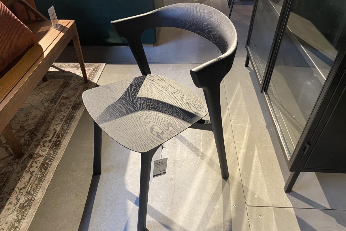 Med dens sensuelle linjer i designet på denne stol vil den pynte, hvor end den står.