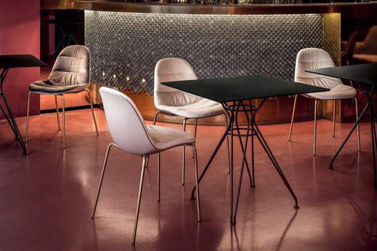 Dette er et billede af nogle spisebordsstole.