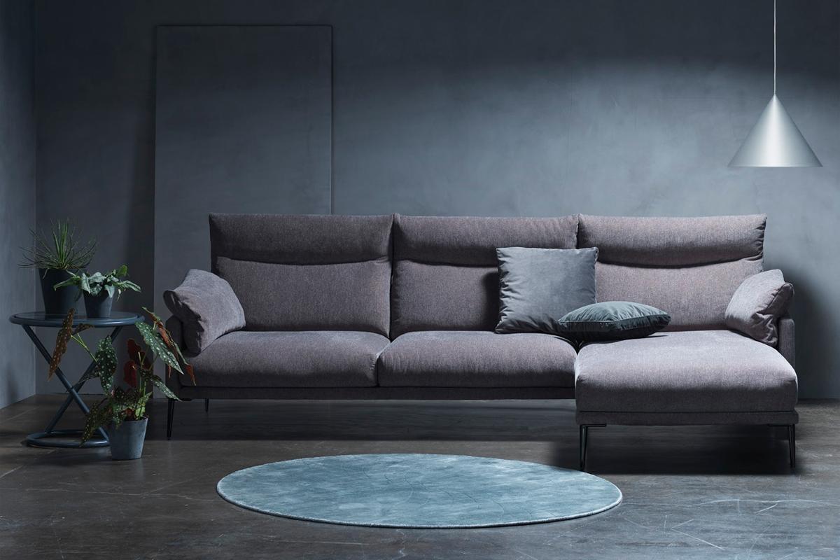 Højden på en sofaryg varierer fra sofamodel til sofamodel og det mest almindelige mål på en sofaryg er cirka 76 cm til 91 cm og er baseret på almindelige målinger som mange sofaer har. Bella sofaen fra BoShop Collection er en af de højryggede sofaer, som vi har i sortiment her på hjemmesiden.