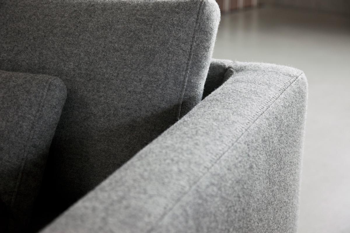 Pilling sker, når fibrene i materialet løsner sig, og friktionen forårsaget af bevægelse på fibrene får dem til at blive til en fnugkugle. Dette er grunden til, at du ser pilling på alt fra din yndlings-sweatshirt til det smukke område på det tæppe, du lige har købt. Men fortvivl ikke, pilling kan let behandles.