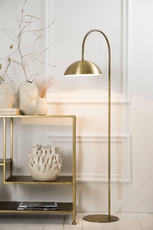 Den gyldne gulvlampe i en enkel stil.