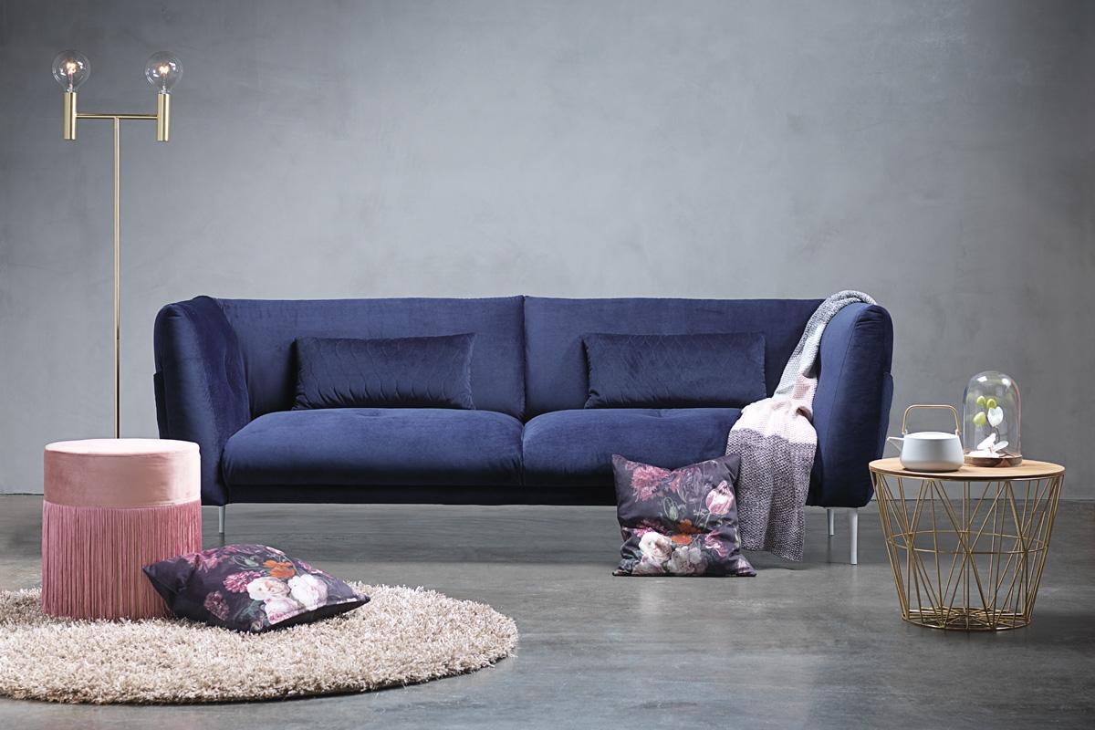 Velour sofa i mørkeblåt stof med Seduce stofsofaen fra BoShop Collection. Kombiner også gerne din Seduce stofsofa med andre velour farver i din boligindretning, som med en puf i lyserød eller et lækkert tæppe i sarte toner.