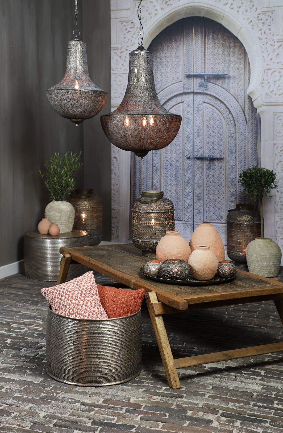 Drømmer du dig også væk til østens mystik, som man kender fra alle eventyrfilmene, så kan Udupi bordlampen være med til at give din boligindretning et strejf af den persiske stil. BoShop Collection har med deres Udopi bordlampe skabt en smuk og iøjefaldende lampe til hjemmet.