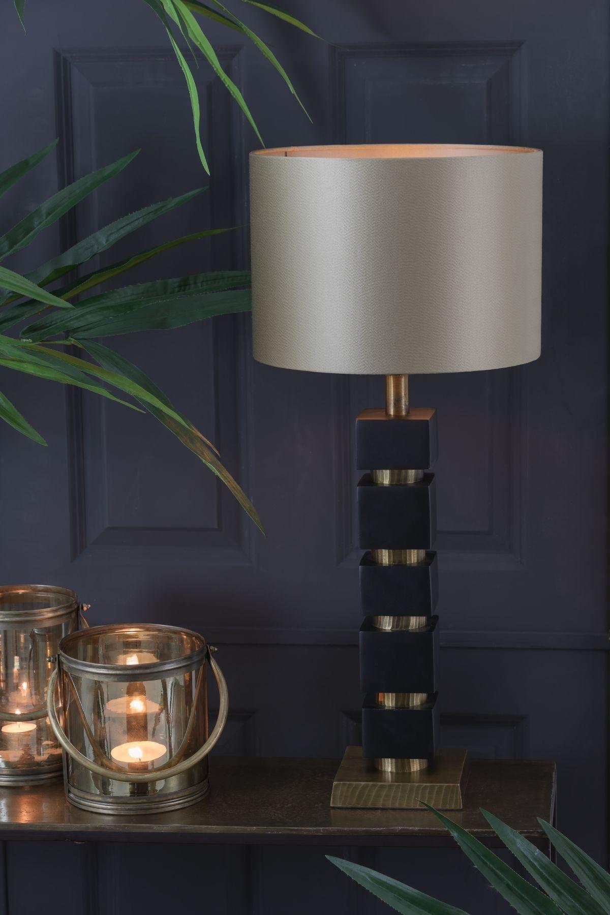 Jysa lampefoden er en virkelig smuk og eksklusiv lampefod med et luksuriøst touch, som passer perfekt til et stilfuldt interiør.