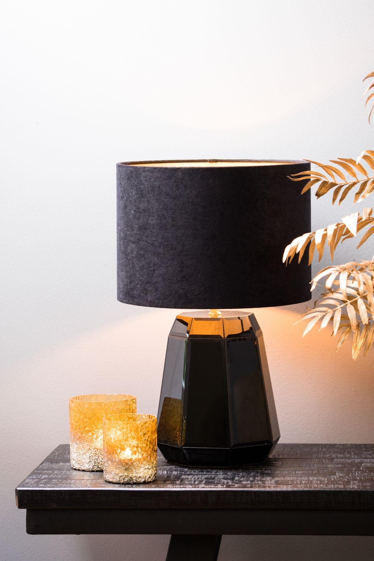 Velours er en elegant cylinderformet lampeskærm her i farven sort. En fin lampeskærm som passer til næsten alle lamper.