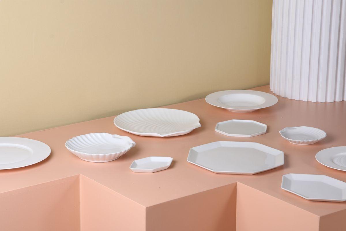 Her ses de flotte Athena tallerkener, der kan bruges til at pynte et bord med.