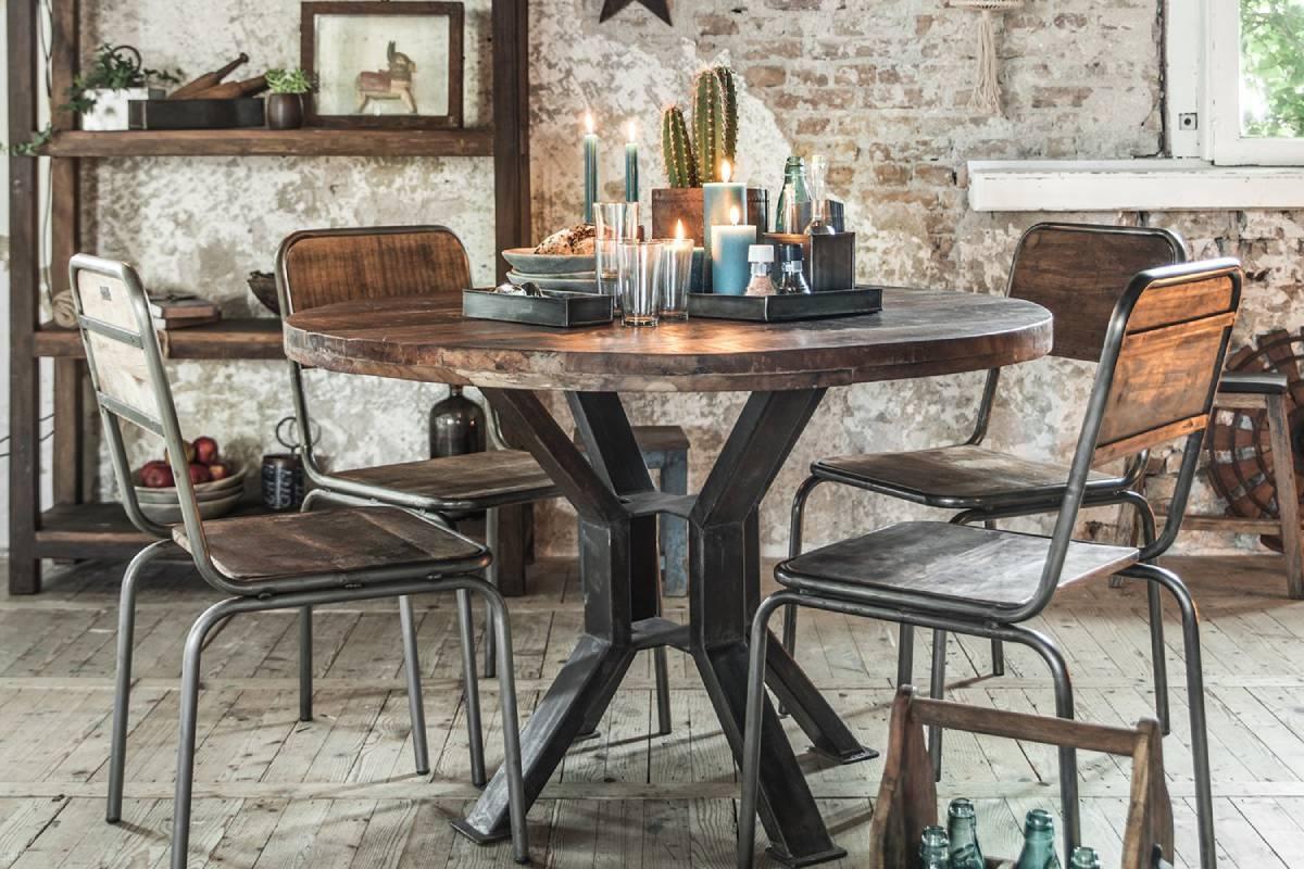 Rustikke møbler er med til at give et personligt præg på indretningen og bryder samtidig den traditionelle stil. Unika Collection byder på borde, stole, opbevaring og interiør i vintage stil. Her ses den håndlavede Fabriks spisebordsstol, som kan købes her hos BoShop.