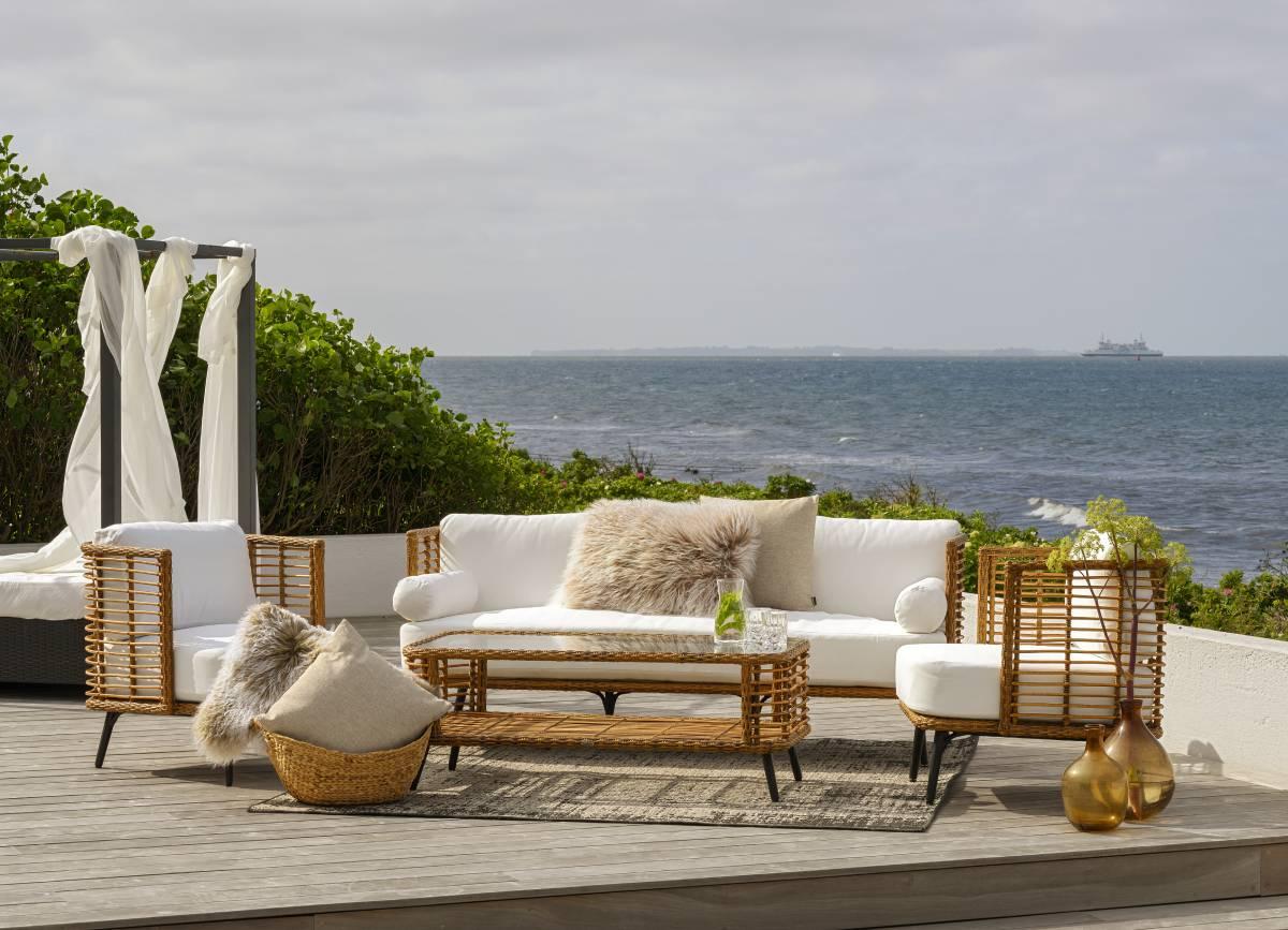Hvad er bedre end at kunne nyde de varme og lune sommeraftener på terrassen i komfortable udemøbler, som det ses her på billedet med ude sofaen fra Cavallino møbelserien fra BoShop Collection.