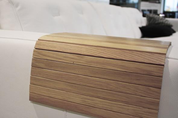 Billede af en armlænsbakke i egetræ til din sofa hos BoShop