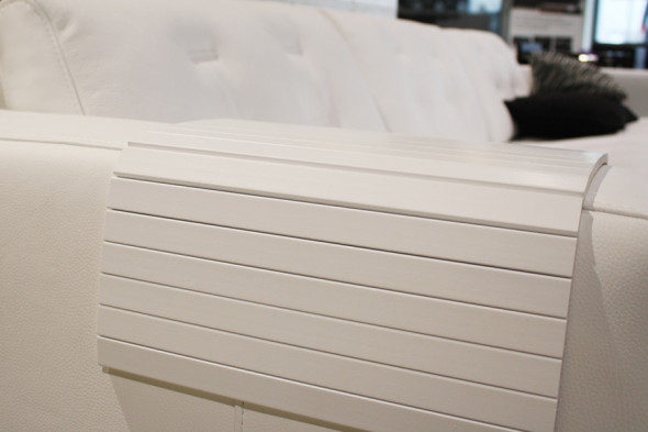 Billede af en armlænsbakke i hvid til din sofa hos BoShop.