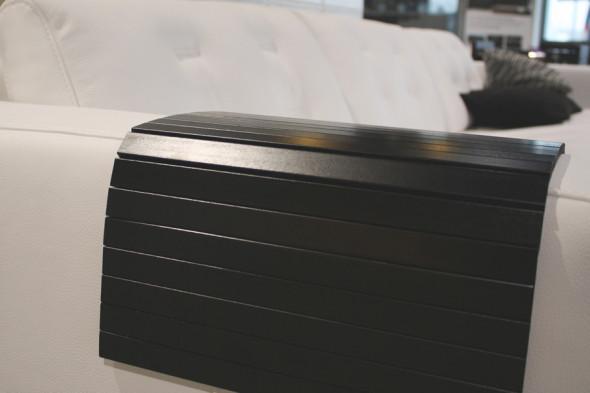 Billede af en armlænsbakke i sort til din sofa hos BoShop.