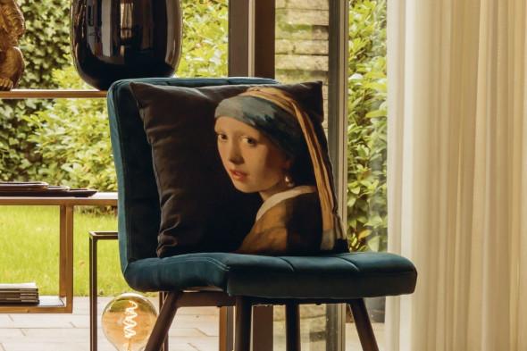 Billede af Pige med perleørering pude hos BoShop - Puder i Aarhus.