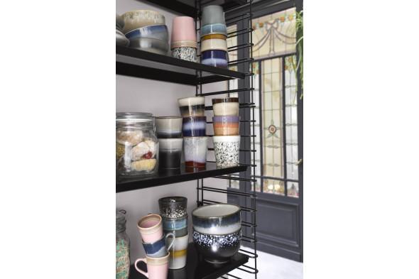 Billede af 70'er keramik cappuccino kop i farven pink. Find inspiration til bordækningen og service i vores møbelhuse i Aarhus og Aalborg.
