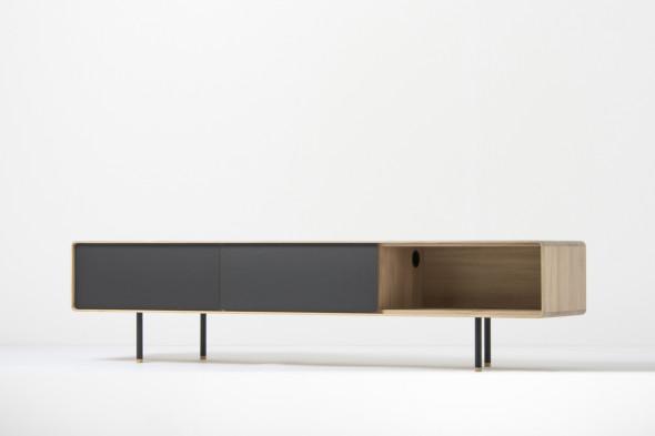 Hi-fi møbel fra Gazzda er her placeret i et interiør.