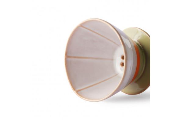 Billedet visualiserer det fineste kaffefilter i nuancen Saturn. Kaffefilteret matcher med kaffekanden fra 70'er keramik kollektionen.