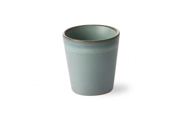 Billedet viser den fineste keramik kaffekop i nuancen Mosgrøn. Kaffekoppen byder naturens smukke farver inden døre.