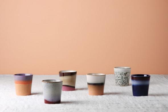 Billedet visualiserer keramik kaffekop i nuancen tornado. Kaffekoppen byder naturens smukke farver inden døre.