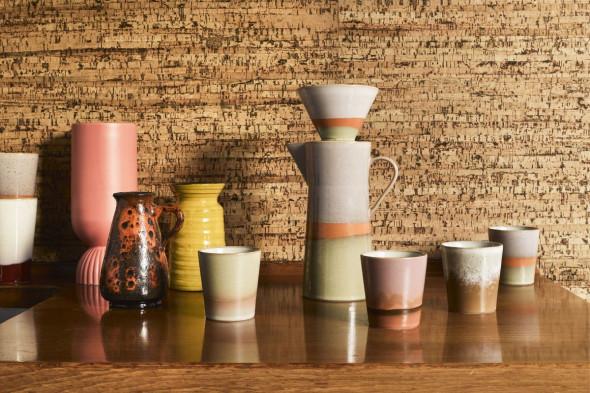 Billedet viser den fineste keramik kaffekop i jordnære farver. Find inspiration til fine krus og kopper hos BoShop i Aarhus og Aalborg.