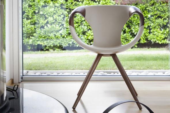 Billede af Up chair wood Medium Soft touch spisebordsstol med træ armlæn i valnød eller eg hos BoShop - Spisebordsstole i Århus.