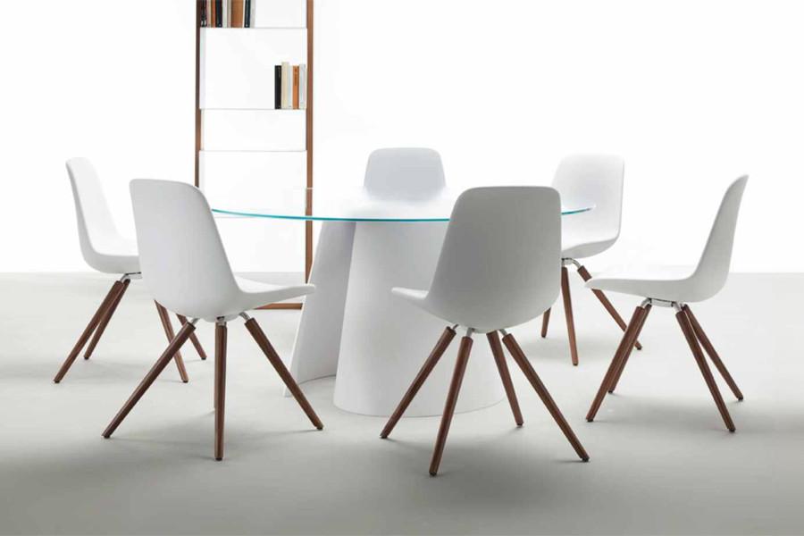Billede af Tonons spisebordsstol Step wood med Soft touch placeret ved ...
