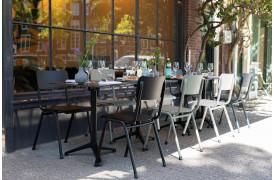 Her ses et billede af Back to school udendørs stolene fra Zuiver.