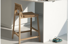 Billede af en barstol i træ fra Ethnicraft med navnet N3 Eg barstol.
