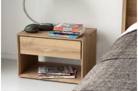 Ethnicraft har her skabt et natbord i træ med en skuffe med navnet Nordic Eg.