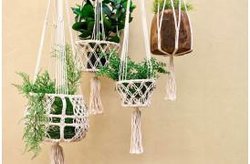 Her ses et billede af Macrame planteophæng i hvid fra vores Unika Collection.