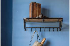Her ses et billede af Factory train knagerække med hylde fra vores Unika Collection.