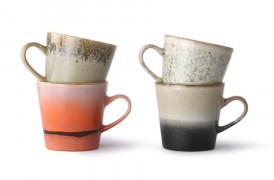 Et sæt med fire americano kopper i fine nuancer fra 70'er keramik.