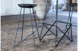 Her ses et billede af Loft barstol i sort fra vores Unika Collection.