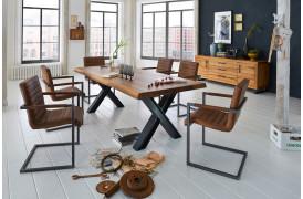 Sabina spisebordsstolen fra Bodahl ses her placeret omkring et plankebord.