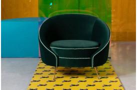 Med de bløde former, smukke velourbeklædning og guldben er denne stol flot.