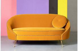 Her på billedet ses sofaen i en sofaen ses her i en smuk Gul farve fra Bold Monkey.