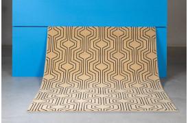 Swinging Lines tæppet i beige fra Bold Monkey er et fedt æppe med grafisk motiv.