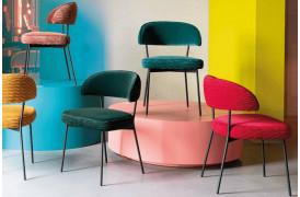 Disse flotte spisebordsstole har et flot fløjsbeklædt sæde og ryg.