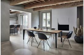 Polo Spider spisebordsstolen står her harmonisk rundt om et spisebord i en boligindretning.