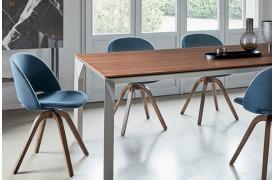 Polo Wood spisebordsstolen står her flot rundt om et spisebord i en boligindretning.