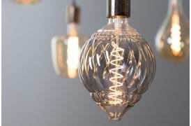 Smuk og dekorativ røgfarvet pære med synlige glødetråde, som giver et varmt lys.