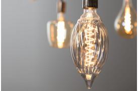 Smuk og dekorativ røgfarvet pære med synlige glødetråde, som giver et varmt og hyggeligt lys.