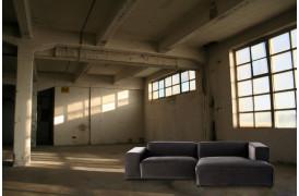 Cosma sofaen er en stilfuld stofsofa til din stilfulde indretning.