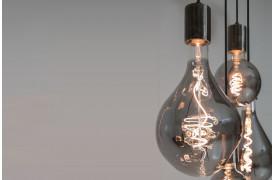 Flot og klassisk røgfarvet pære med synlige glødetråde, som giver et varmt og hyggeligt lys.