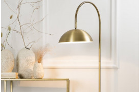Elegant og moderne gulvlampe i messing fra BoShop Collection.