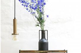 Vasen er fremstillet med sort reaktiv glasur, som gør at hver vase ser anderledes ud.