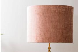 Gemstone er en luksuriøs cylinderformet lampeskærm i fløjl her i farven Pink.